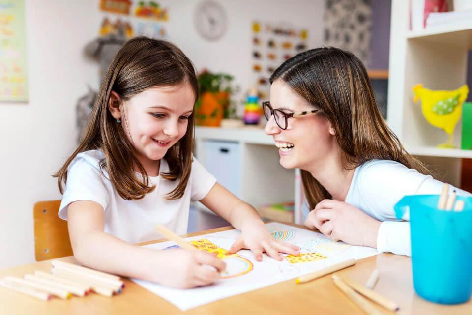 Nauczycielka i dziewczynka w Przedszkolu na Wiejskiej