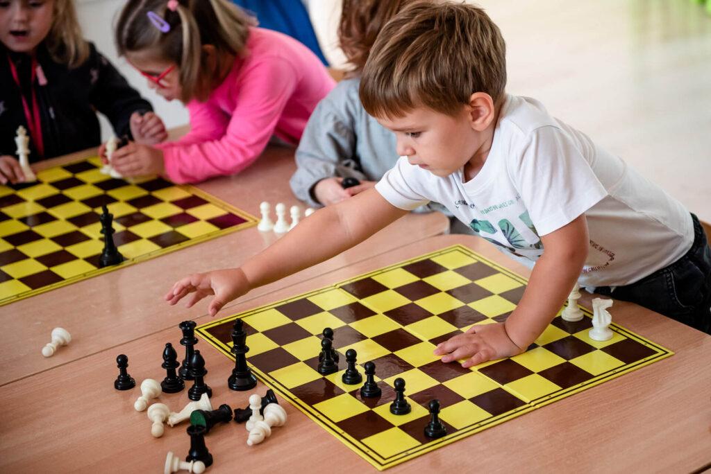 Dzieci grające w szachy w Przedszkolu na Wiejskiej w Milanówku