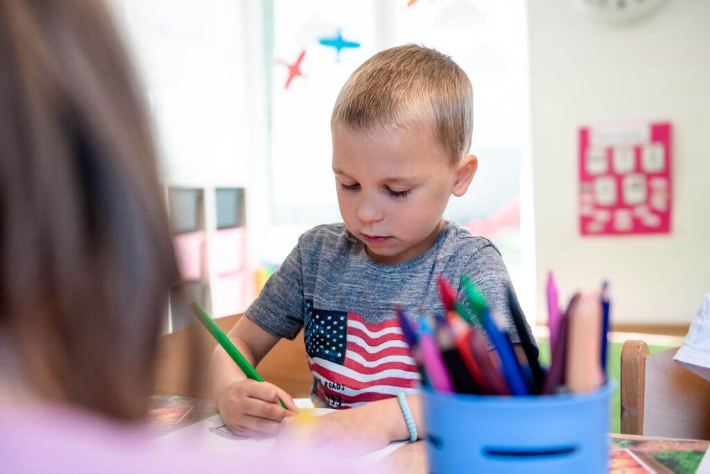 Chłopczyk rysuje - przedszkole Milanówek
