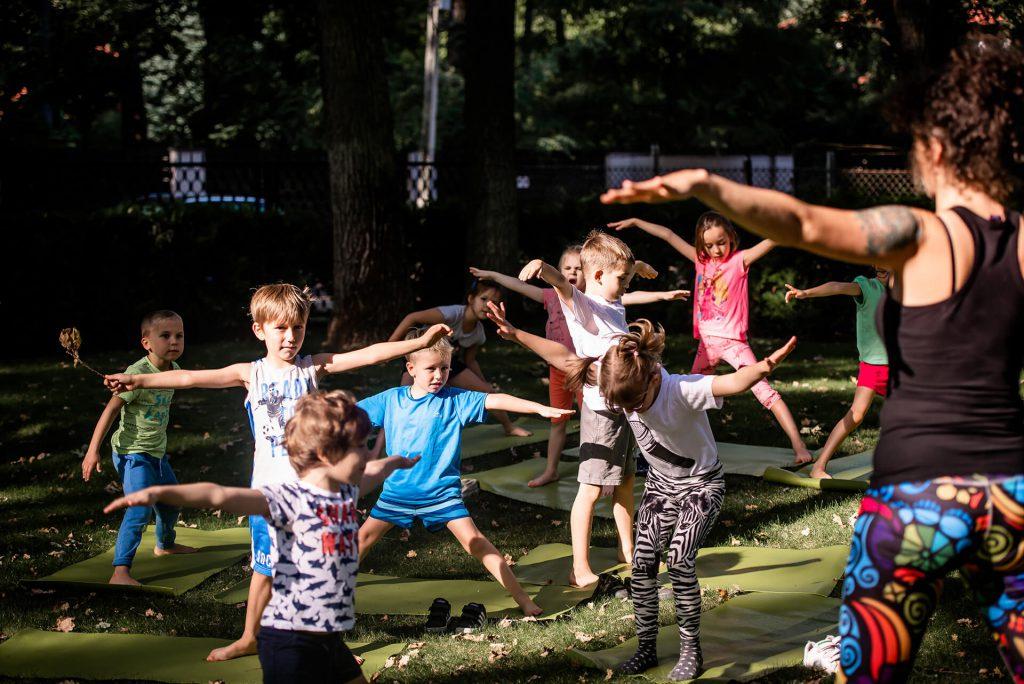 Zajęcia z jogi w Przedszkolu na Wiejskiej w Milanówku