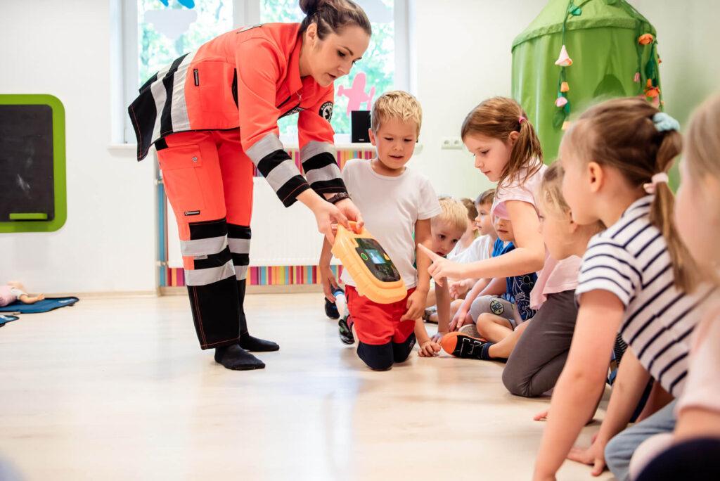 Defibrylator - Zajęcia z pierwszej pomocy w Przedszkolu na Wiejskiej w Milanówku