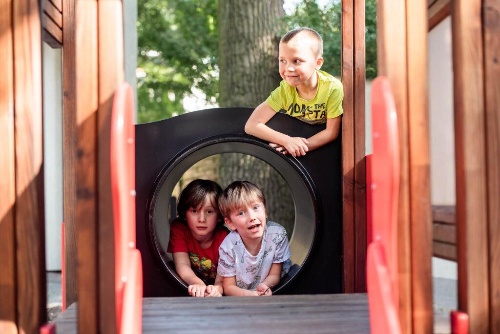 Dzieci na placu zabaw w Mialnówku